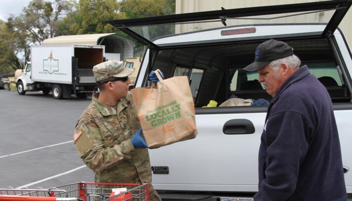 Soldater fra Nasjonalgarden bidrar blant annet med transport og utdeling av matvarer.