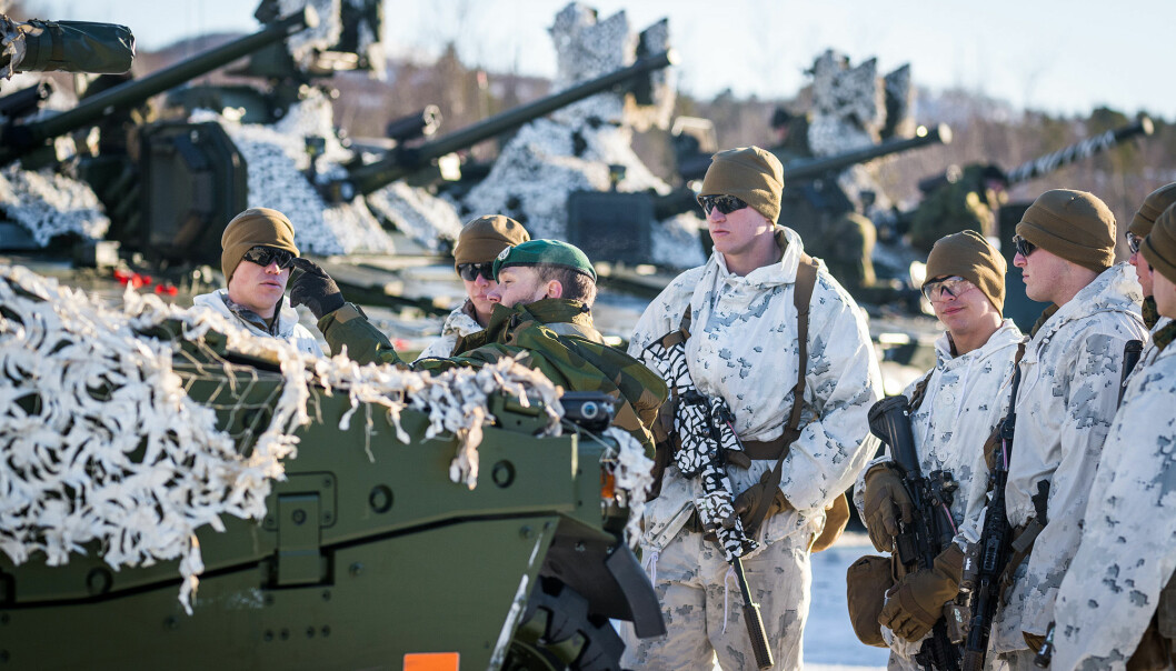 US. Marines får en omvisning på Hærens CV90 kampvogn, under øvelsen Joint Viking 2017 i Finnmark.