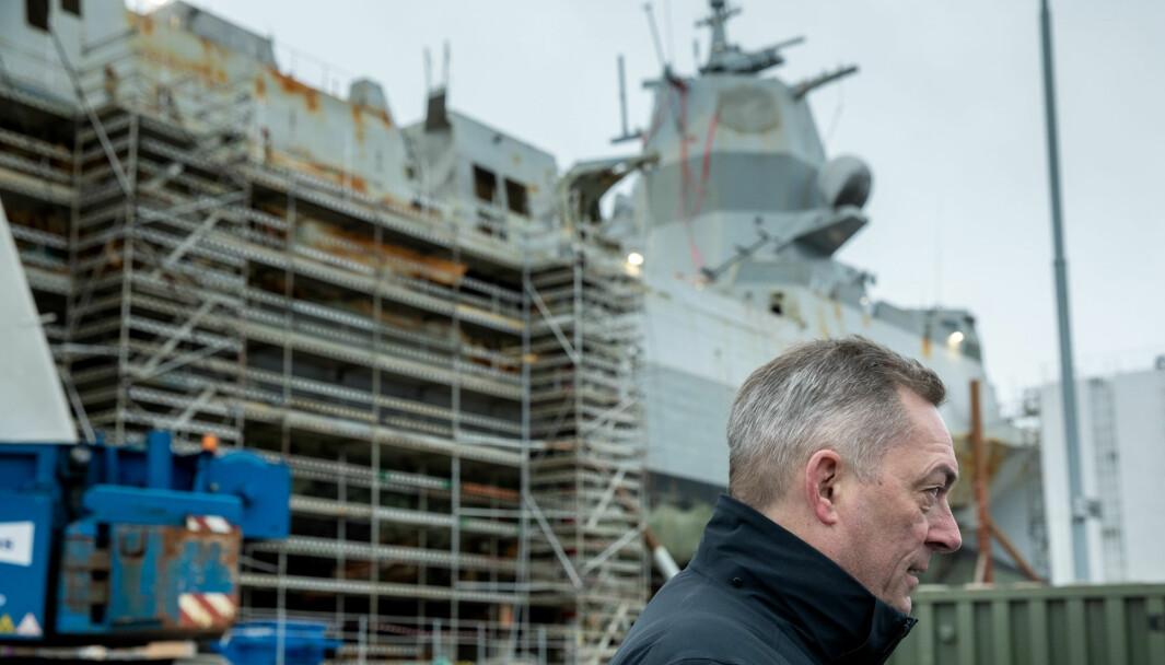 Her besøker forsvarsminister Frank Bakke-Jensen besøker Helge Ingstad på Haakonsvern i mars 2019. Nå ber regjeringen om 14 millioner kroner ekstra for å holde fregatten i opplag.