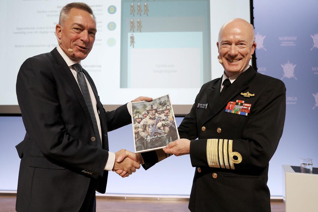 Forsvarssjef Admiral Haakon Bruun-Hanssen under pressekonferansen hvor han overleverte rapporten fra Fagmilitæret råd til Forsvarsminister Frank Bakke-Jensen