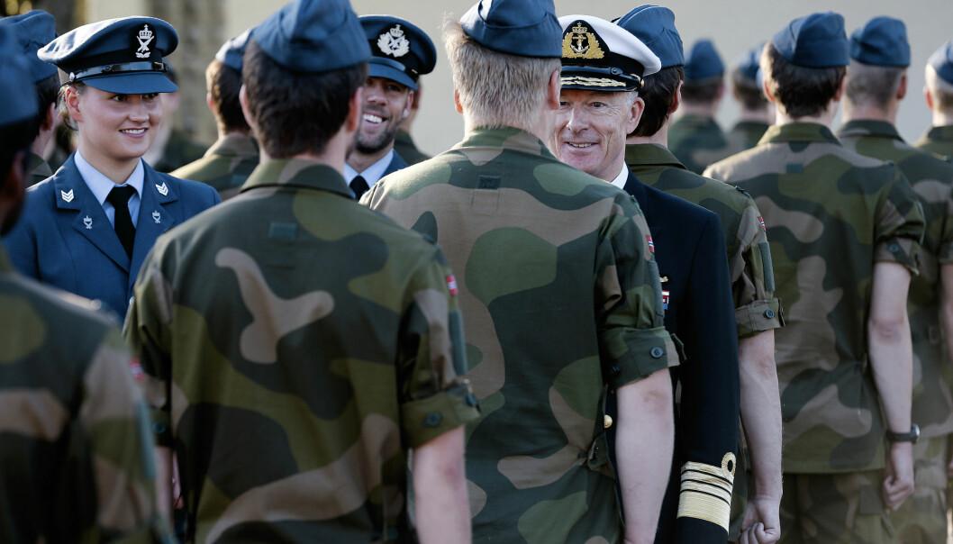 Forsvarssjef Admiral Haakon Bruun-Hanssen inspiserer rekruttene på siste dag av rekruttskolen på KNM Harald Haarfagre.