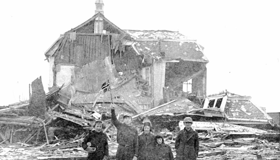 Under krigen og senere frigjøringen av Finnmark ble enkelte sovjetiske soldater fedre til flere norske «russerbarn», skriver Marianne Neerland Soleim. Dette bildet er fra Vadsø Finnmark i 1944 og barna her er trolig heller ikke såkalte russerbarn.