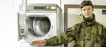 Soldatene vasker klær om natten. – Uverdig, mener politiker