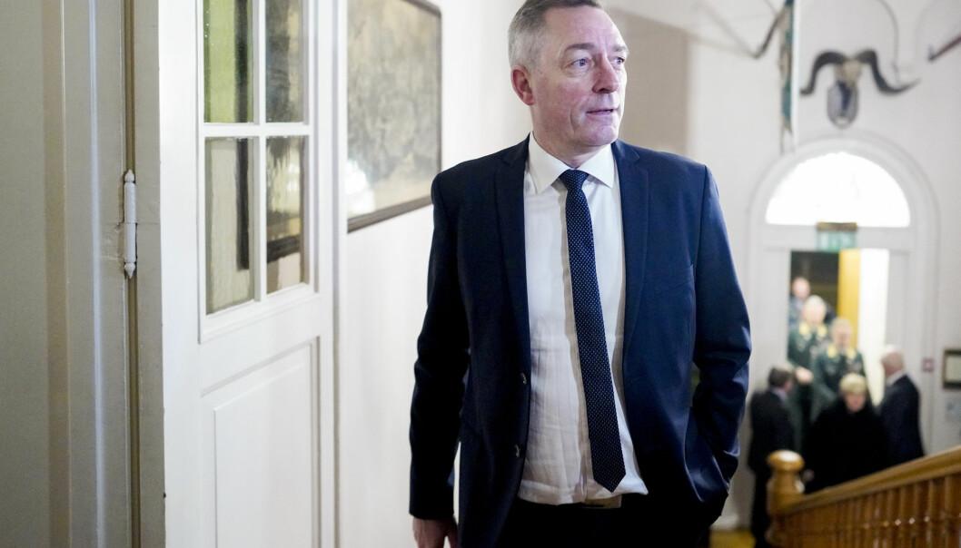 Forsvarsminister Frank Bakke-Jensen mener det er uredelig å ta i mot lekkede dokumenter. Senterpartiet avviser at dokumenter er lekket.