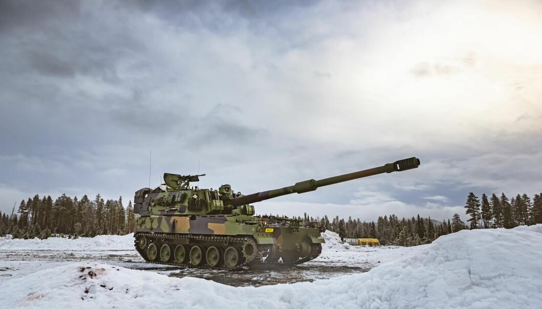 Offiserer bør ikke mene noe om hvor mye penger Forsvaret skal få, men de må gjerne være mer aktive si i fra hva de mener best utnyttelse av midlene, skriver Sverre Diesen. Her ser vi Hærens K9-artilleri.