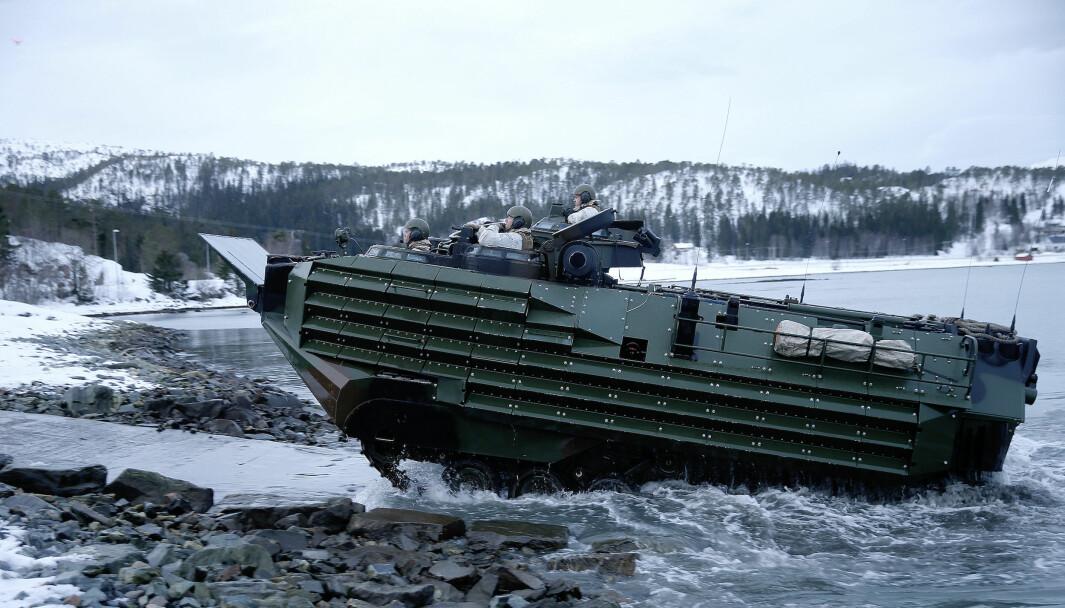 Amerikansk Assault Amphibious Vehilcle (AAV) fra US Marine Corps under en landgang på vinterøvelsen Cold Response 2016