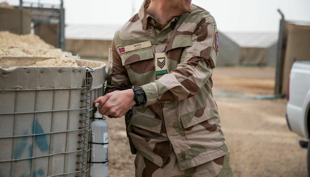 Norske soldater i Irak vasker hender og utstyr med antibac.