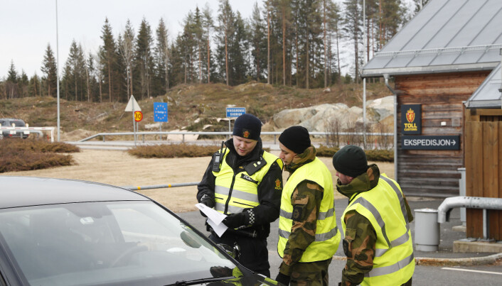 Soldater fra Heimevernets avdeling HV-01 Polar Bear VI sttter Politiet med grensekontroll p rje grensestasjon under Korona utbruddet.