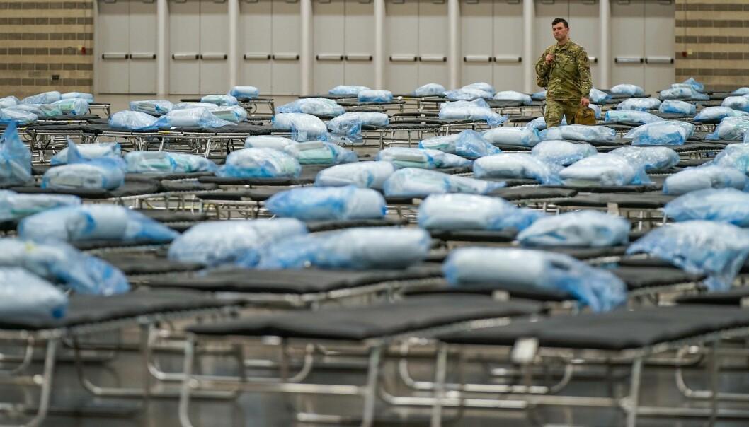 Medlemmer fra Nasjonalgarden i Texas hjelper til med å sette opp et feltsykehus i Dallas i forbindelse med koronakrisen, tirsdag 31. mars.