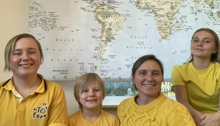 Fra venstre: Jonathan, Jarl Oscar, mamma Renate og Josefine Mosesen hjemme i Brussel.