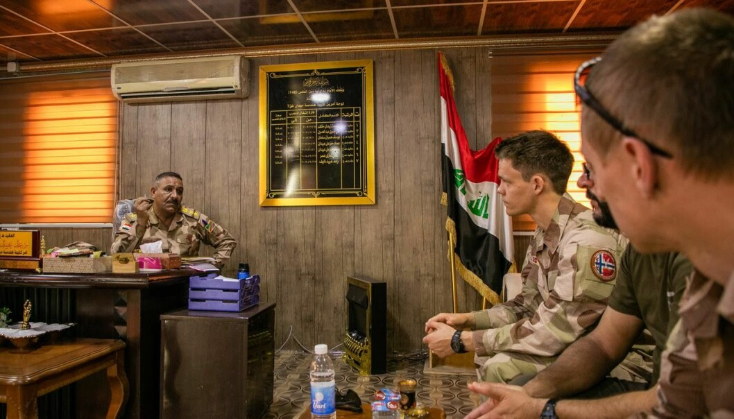 Oberst Ra'ad er sjef for Ingeniørbataljonen i 7. divisjon. Her er han i møte med norsk personell i Irak.