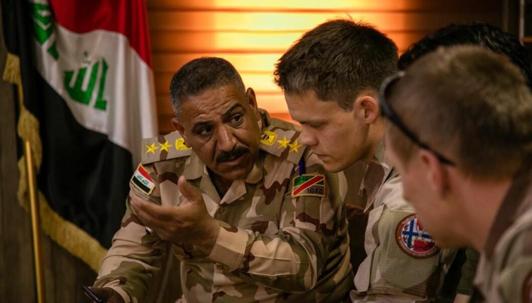 Norsk og irakisk personell i møte.