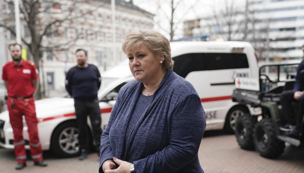 Statsminister Erna Solberg forsvarer nødrespiratorene som regjeringen har bestilt.