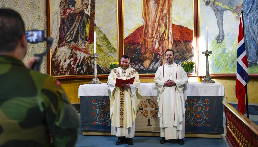 Feltprestene Sophus Bakketeig (til venstre) og Torstein Holten under innspillingen av påskegudstjenester i Hamar domkirke.