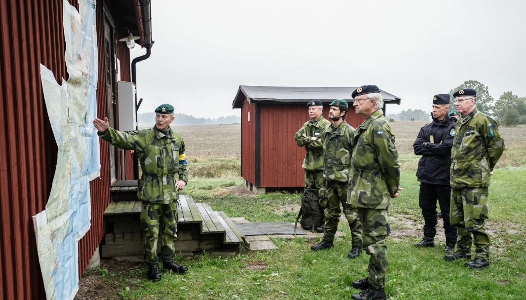 Kong Carl Gustaf av Sverige og prins Carl Philip besøkte Försvarsmakten under øvelse Aurora 2017.