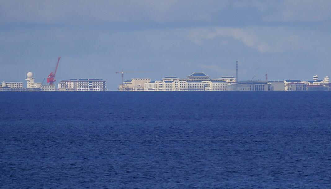 Kina har bygget kunstige rev flere steder i Sør-Kinahavet, som her ved Spratlyøyene, og gjør krav på store deler av havområdet. Flere andre land, inkludert Vietnam, har overlappende territorialkrav.