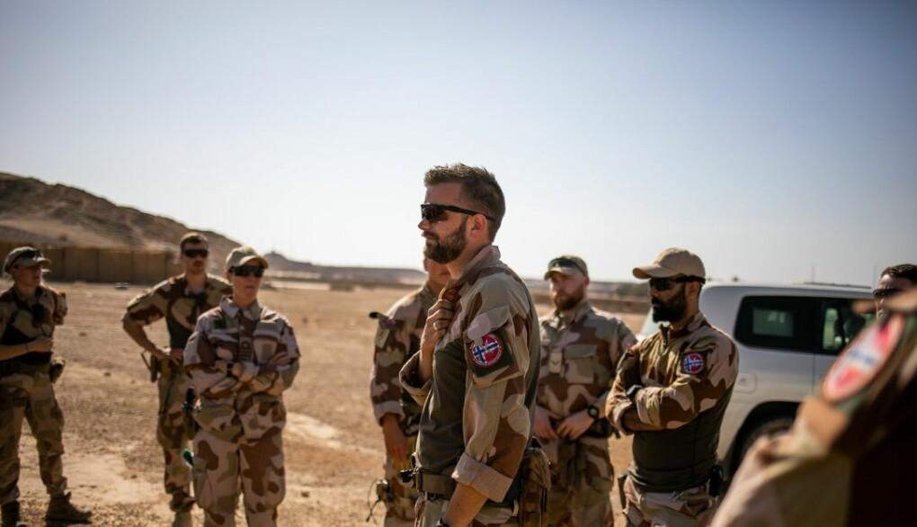 Norske soldater gjennomfører en patrulje nære basen Al Assad Air Base. I midten er troppsjef Magnus Bjurstedt.
