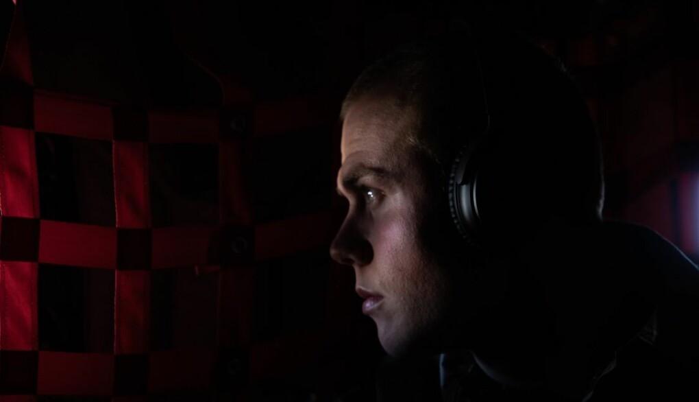 Benjamin Christensen, som skal være en del av den norske styrken i Irak, på vei mot c-130J Hercules flyet på vei ned til Irak.