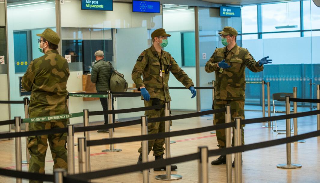 Soldater fra HV-02 støttet det sivile samfunn med forskjellige oppgaver på Oslo lufthavn i forbindelse med koronautbruddet.