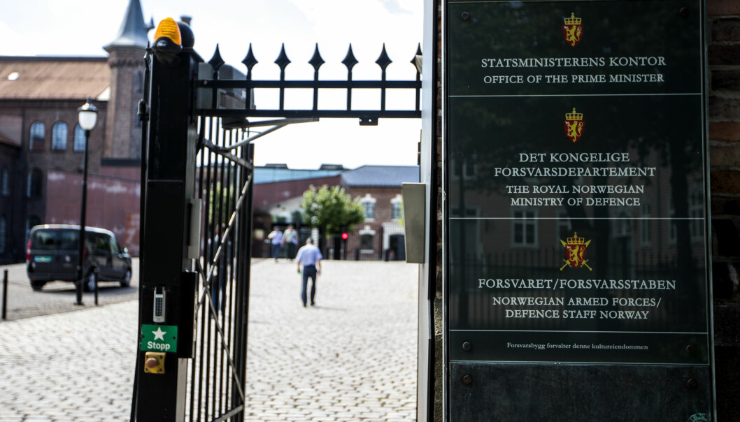 Illustrasjonsfoto av inngangspartiet til statsministerens kontor og Forsvarsdepartementet.