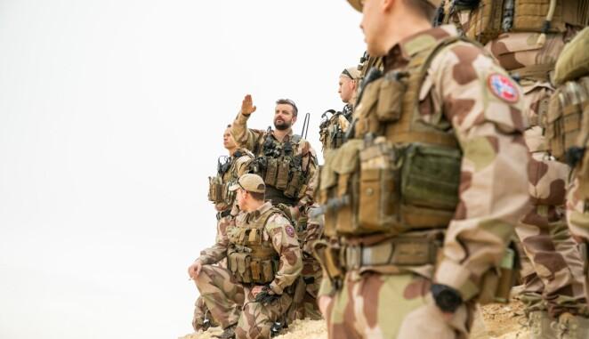 Norske soldater i NORTU-6 gjennomfører en patrulje nære basen Al Assad Air Base. I midten er troppsjef Magnus Bjurstedt.