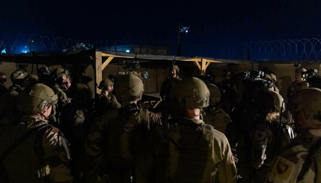 Soldater fra NORTU 5 (Norwegian Task Unit) står samlet, i etterkant av et rakettangrep mot leiren i Al-Assad, Irak.