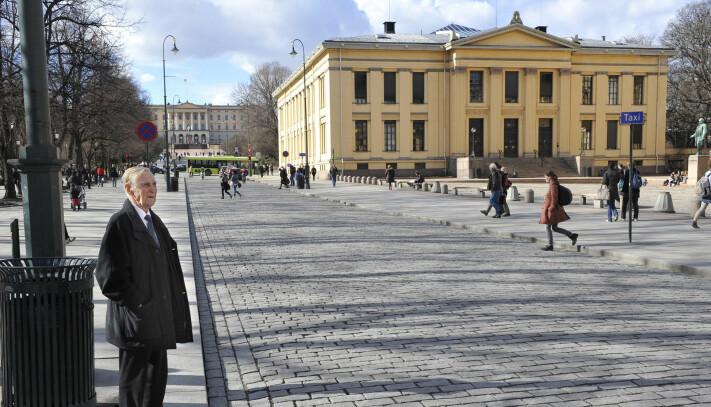 Gunnar Sønsteby vendte tilbake Karl Johan 9. april 2010 . 70 år tidligere hadde han sett tyske soldater marsjere på Oslos paradegate.