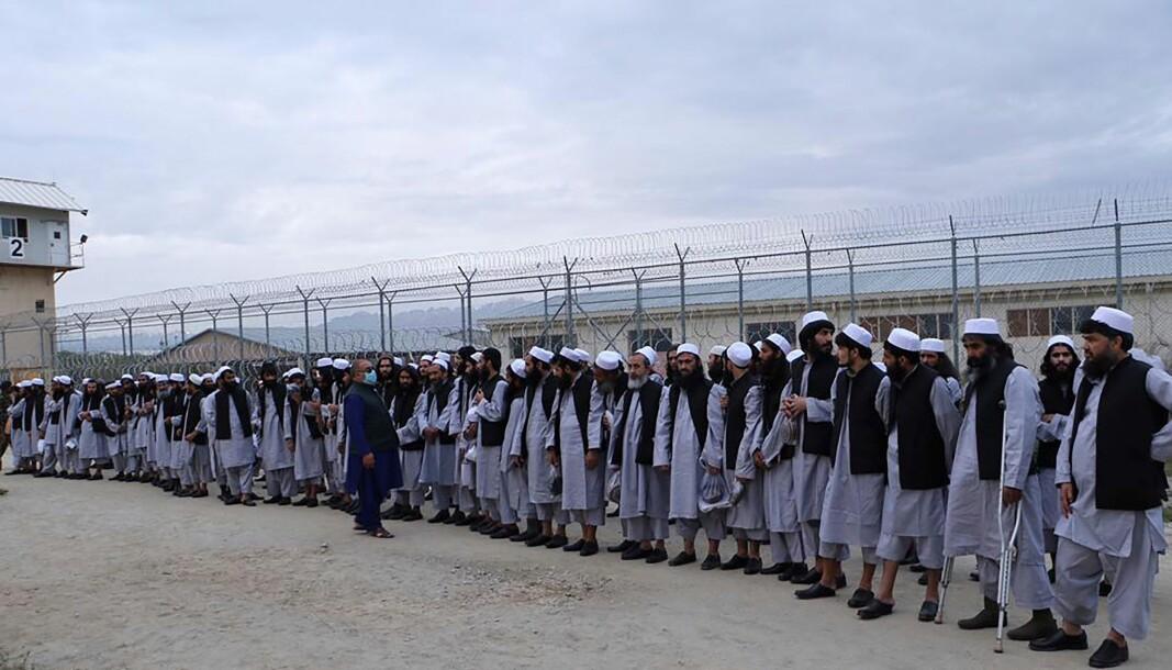 Talibanfanger fra Bagram-fengselet nord for Kabul står på rekke og rad lørdag 11. april. Snart er de frie menn.