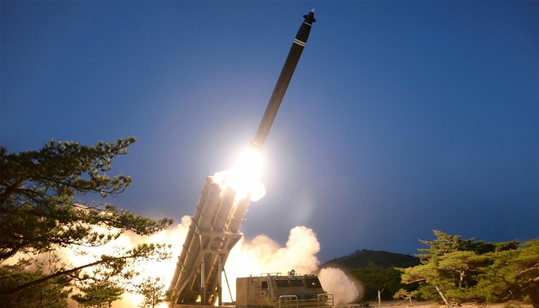 Bildet over ble utgitt av Nord-Koreas statlige nyhetsbyrå KCNA og er datert 29. mars 2020. Ifølge myndighetene viser det en missiltest på et ukjent sted i Nord-Korea. Nå anklager Sør-Korea naboen i nord for å ha avfyrt kortdistanse kryssermissiler på morgenen tirsdag 14. april.