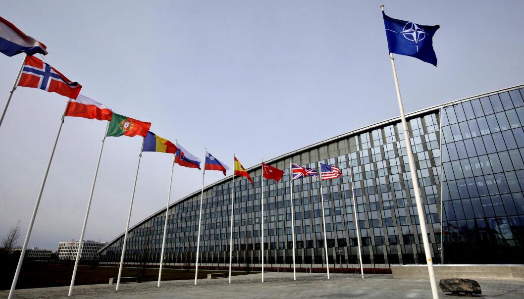 Flaggene til Natos medlemsland vaier utenfor hovedkvarteret i Brussel i dette arkivbildet fra 20. februar.