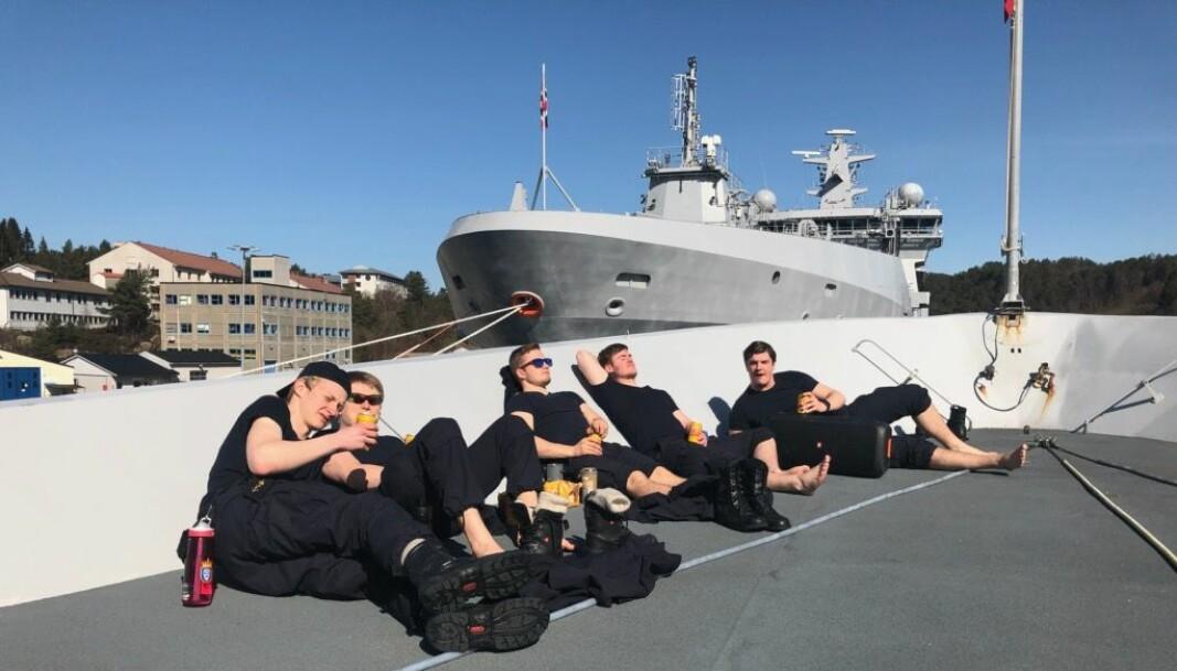 Påskestemning for vaktlaget på KNM Thor Heyerdahl. Fregatten kom til Haakonsvern før påske etter en måned på tokt og lå til kai gjennom høytiden.