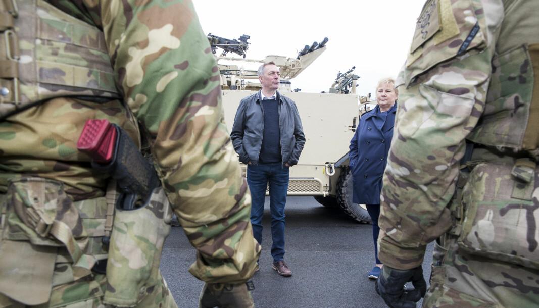 Statsminister Erna Solberg (H) og Forsvarsminister Frank Bakke-Jensen (H) under et besøk ved Rena leir i 2019.