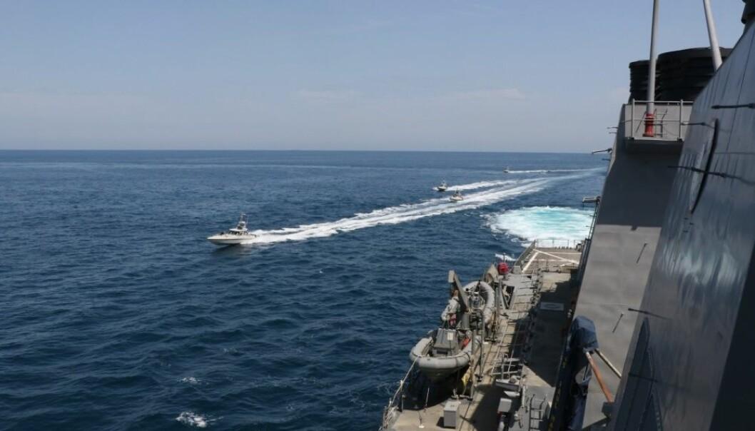 Det amerikanske sjøforsvaret har delt dette bildet fra 15. april 2020, som de sier viser fartøy fra den iranske revolusjonsgarden (IRGCN) som opererer på en utrygg måte rundt amerikanske krigsskip i Arabiahavet.