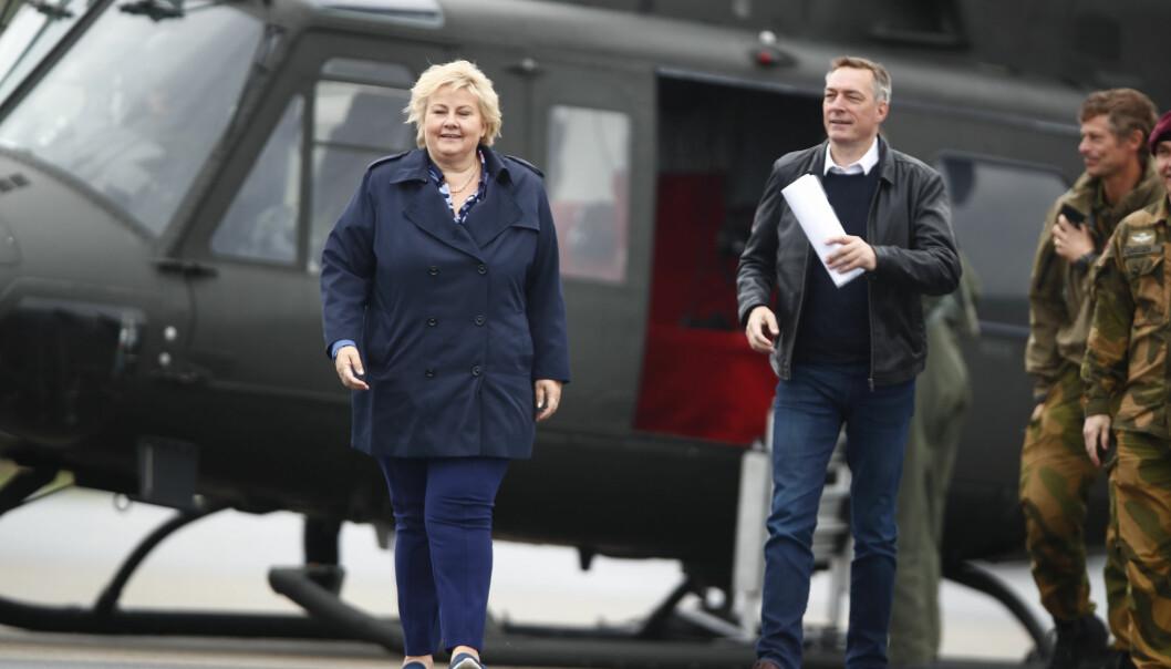 Statsminister Erna Solberg (H) og forsvarsminister Frank Bakke-Jensen (H) under et besøk til Rena leir i 2019.