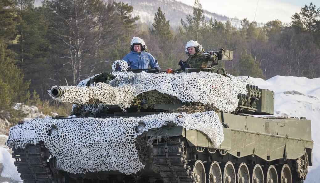 Forsvarsminister Frank Bakke-Jensen (H) fikk sitte på i en Leopard 2 stridsvogn da hun besøkte Brigade Nord og Panserbataljonen i Røros-området i forbindelse med militærøvelsen Trident Juncture på Røros. Foto:
