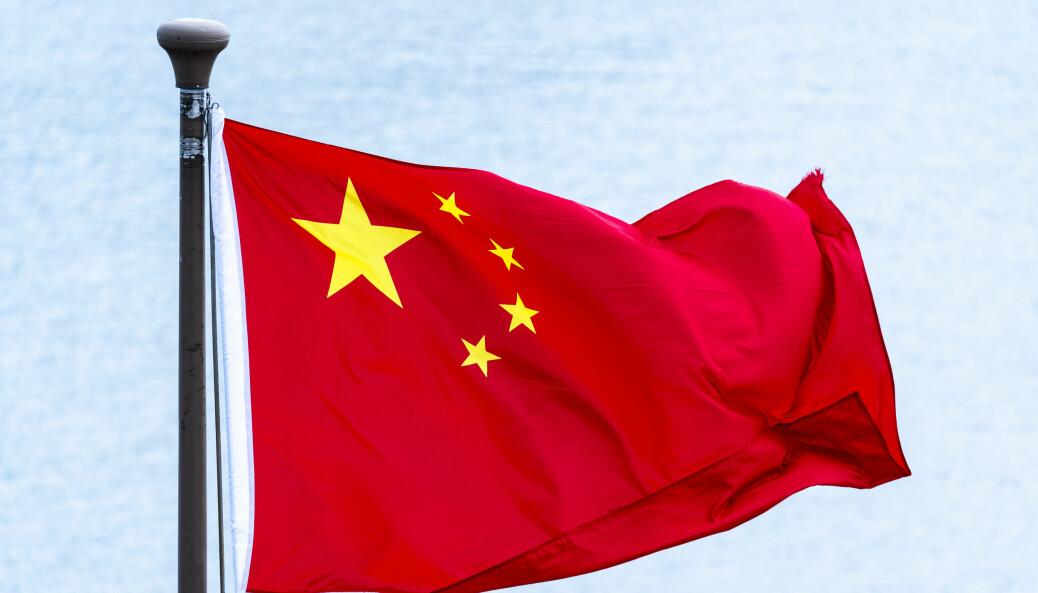 Et kinesisk flagg veiver over The Bund i Shanghai.