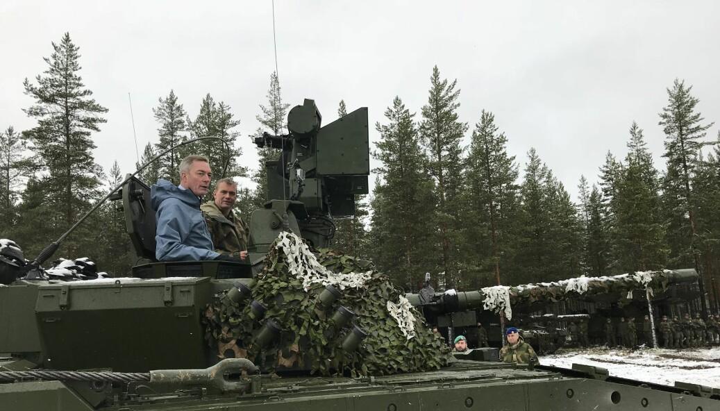 Forsvarsminister Frank Bakke-Jensen i en CV90 på Rena i 2018. Nå skal en ny bataljon mekaniseres i Nord-Norge.
