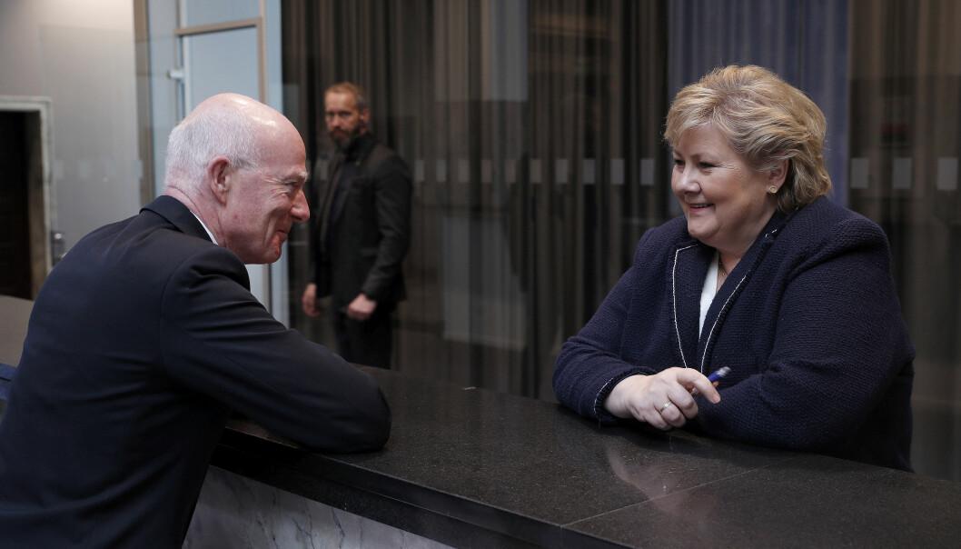 Forsvarssjef Haakon Bruun-Hanssen slår av en rask prat med statsminister Erna Solberg etter at langtidsplanen er lagt frem.