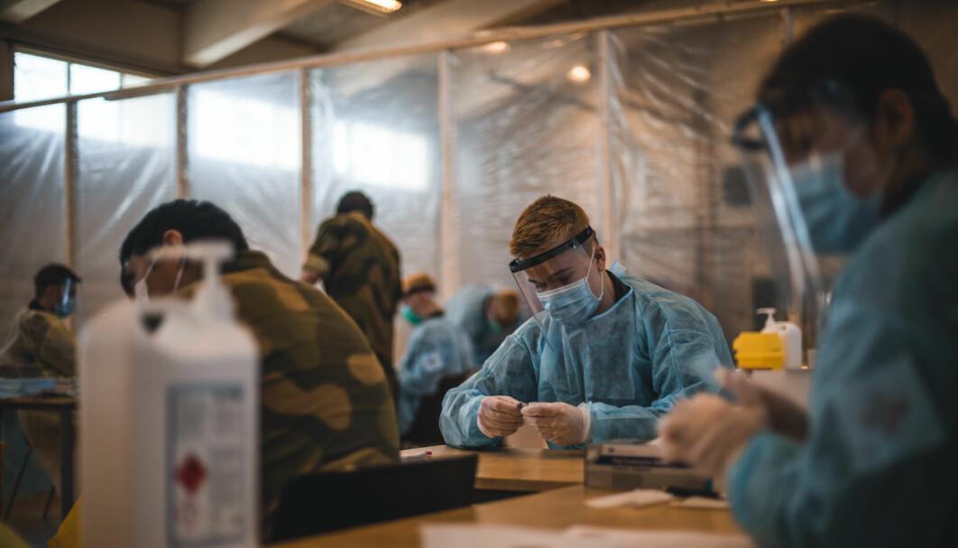 Personell fra Forsvarets sanitet forbereder tester for koronavirus.