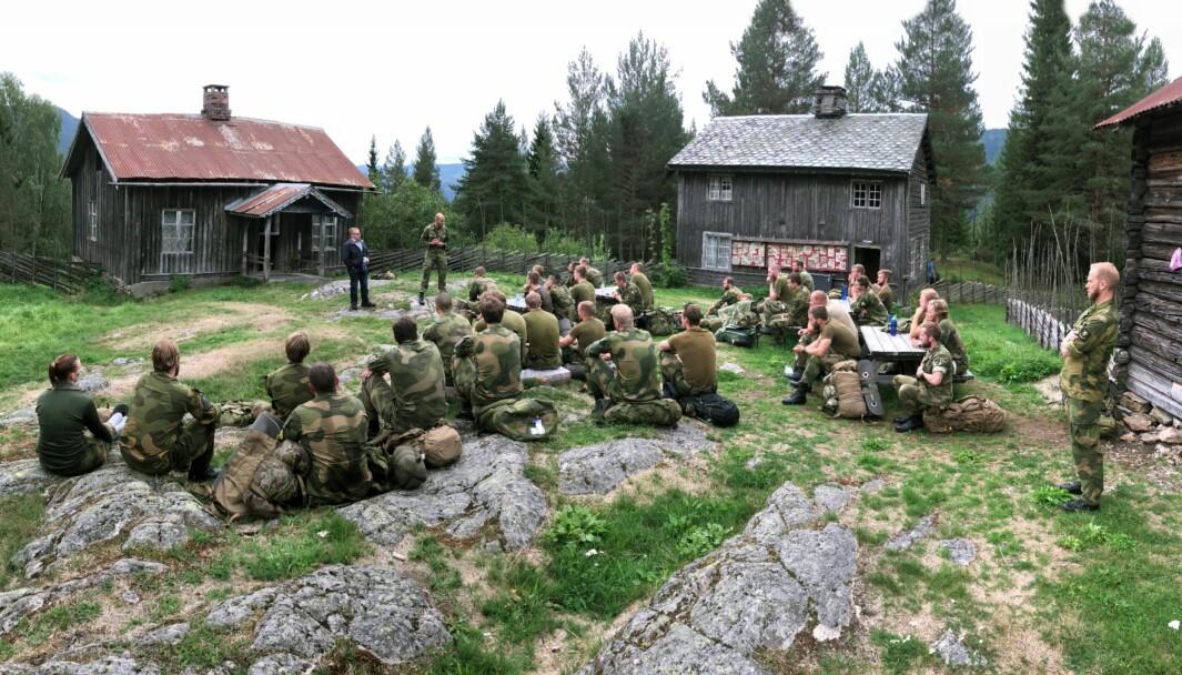 Kristian Bergsund og major Ola Kjørstad med kadetter fra krigsskolen på stedet.