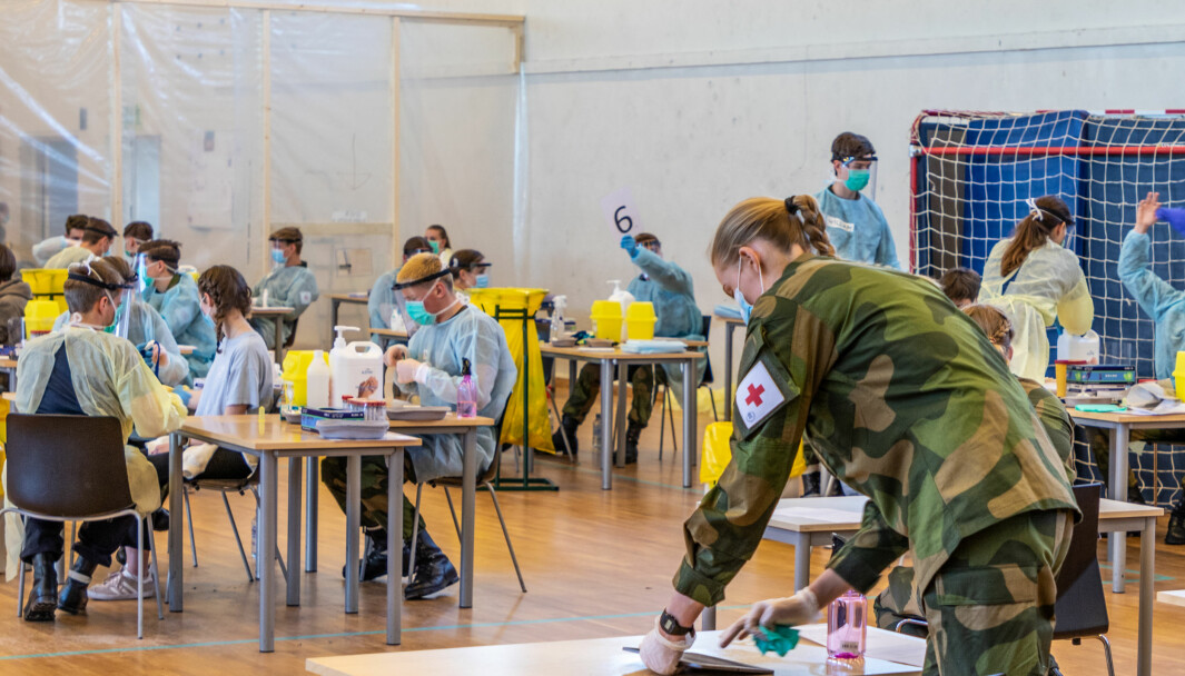 Alle rekrutter som ankommer KNM Harald Haarfagre testes for COVID-19 av Forsvarets Sanitet (FSAN). I tillegg blir også utvalgte ansatte og vernepliktige testet.