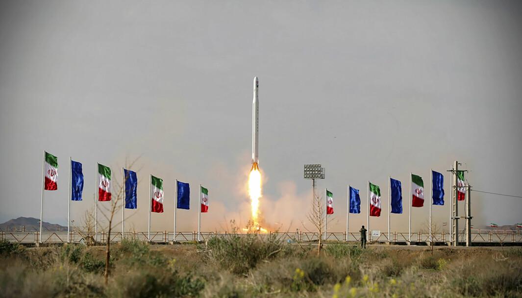 En iransk rakett med en satellitt blir skutt opp fra ukjent sted i Iran. Bildet er publisert av Sepahnews.