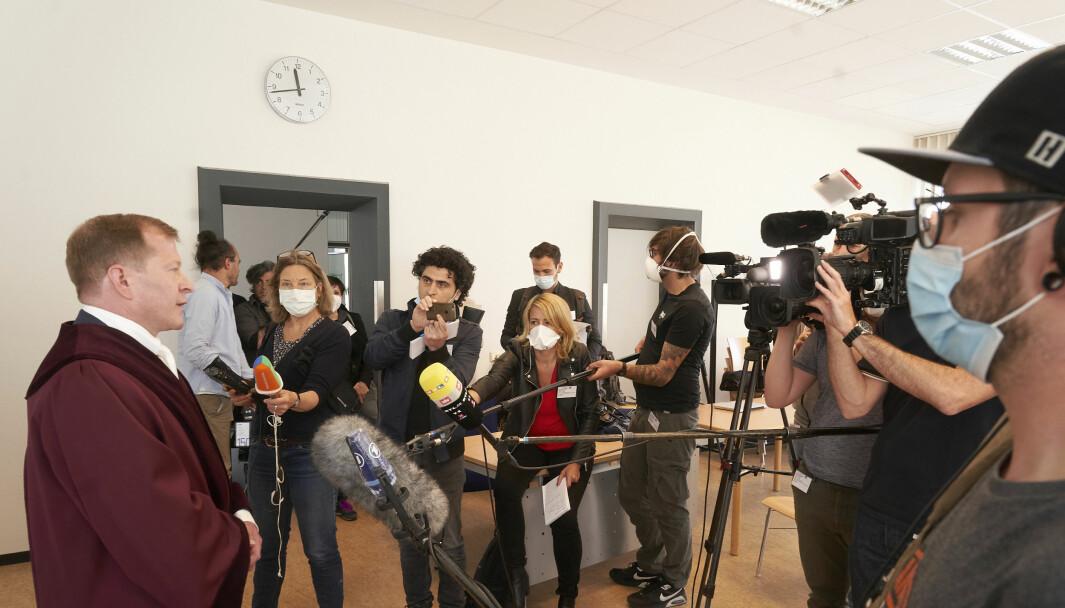 Aktor i saken mot de to syriske mennene som står tiltalt for forbrytelser mot menneskeheten i hjemlandet, Jasper Klinge, snakket torsdag med journalister da rettssakens første dag var over i Koblenz i Tyskland.