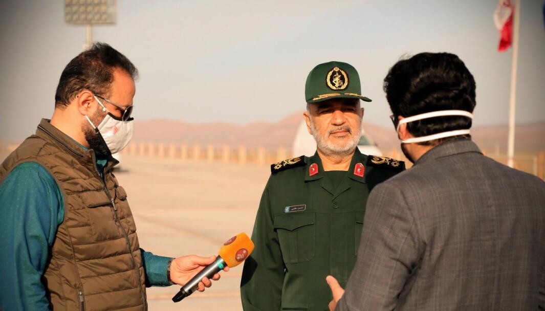 Revolusjonsgardens kommandant Hossein Salami snakker til pressen etter at Iran meldte at landet, for første gang, har skutt ut en militær satellitt som går i bane i verdensrommet.