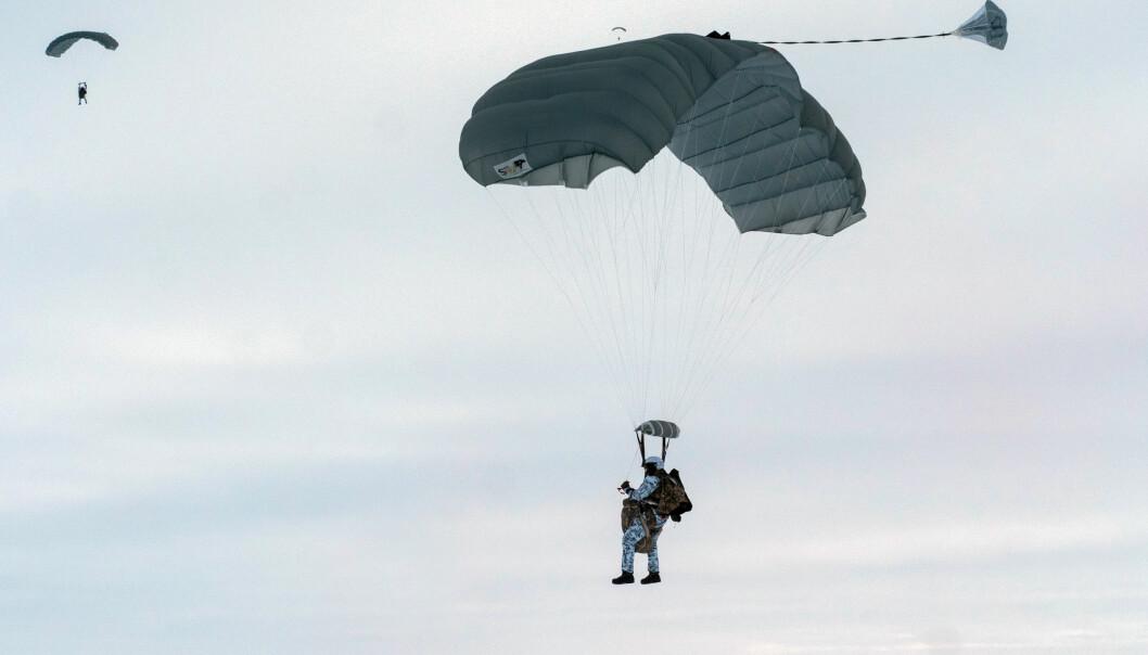 Russiske fallskjermsoldater foretok i slutten av April et hopp fra 10 000 meter i Arktis. Foto: :Russian Northern Fleet Press Office/TASS/Sipa