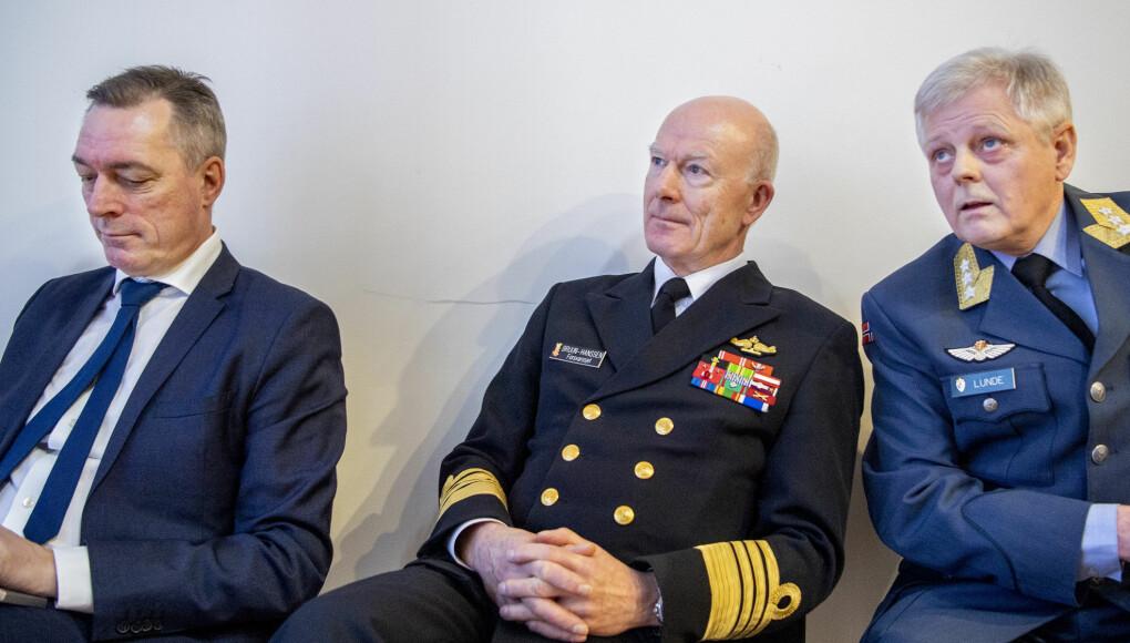 Forsvarsminister Frank Bakke-Jensen (t.v.), forsvarssjef Haakon Bruun-Hanssen, sjef for Etterretningstjenesten, generalløytnant Morten Haga Lunde før fremleggelsen av Etterretningstjenestens åpne vurdering av aktuelle sikkerhetsutfordringer, Fokus 2020 .