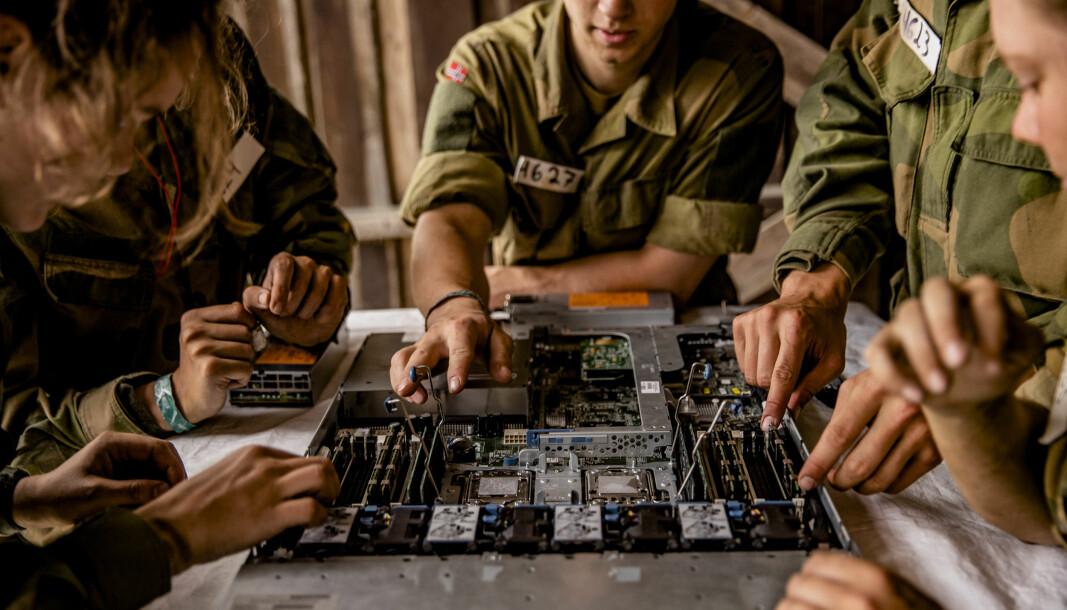 Søkere til cybertekniker i Cyberforsvaret demonterer en server i felt i forbindelse med forsvarets opptak og seleksjon på Sessvollmoen.