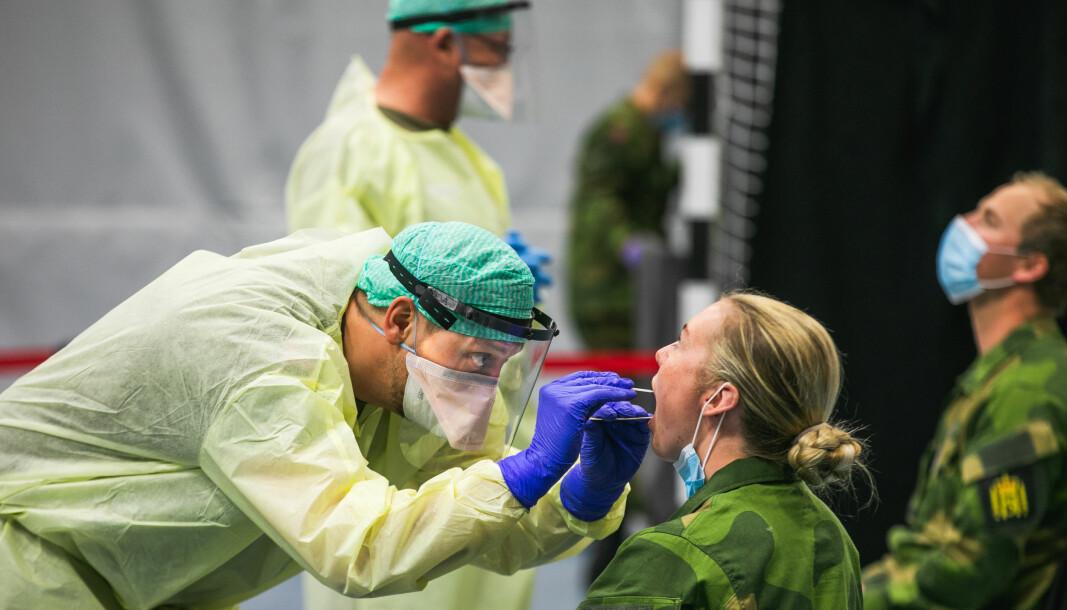 En meningsmåling fra Folk og Forsvar viser at et flertall mener Norge var dårlig forberedt på pandemien. Her ser soldater fra Hans Majestet Kongens Garde testes for Covid-19.