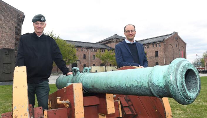 Brigader Arne Opperud og Stian Eisenträger utenfor Fanehallen på Akershus festing.