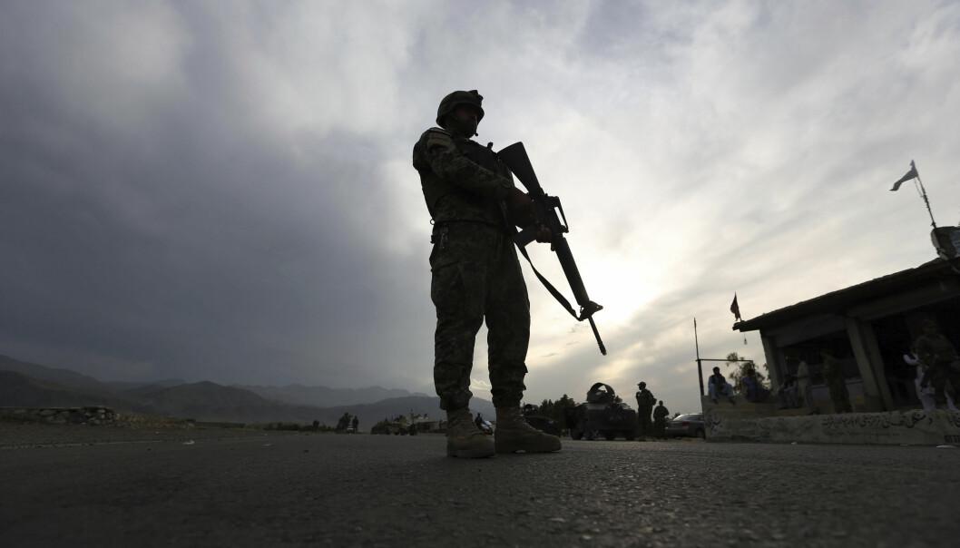En soldat fra den afghanske nasjonalgarden står vakt ved et sjekkpunkt i Jalalabad, lamgs Kabul highway, øst for Kabul. lørdag 4. april 4, 2020.